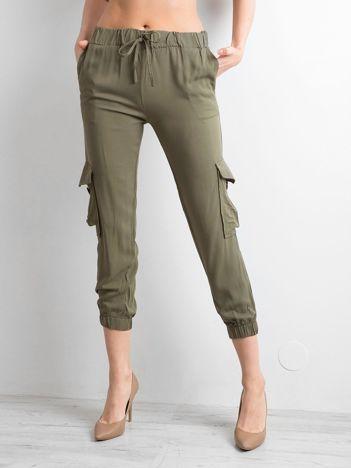 Khaki spodnie z kieszeniami i wiązaniem