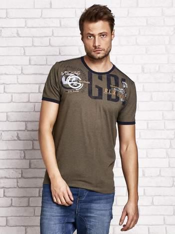 Khaki t-shirt męski z aplikacjami i napisami