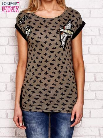 Khaki t-shirt w motyle z naszywkami i frędzlami