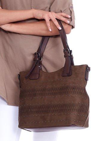 Khaki zamszowa torebka z ażurowym wzorem i dżetami