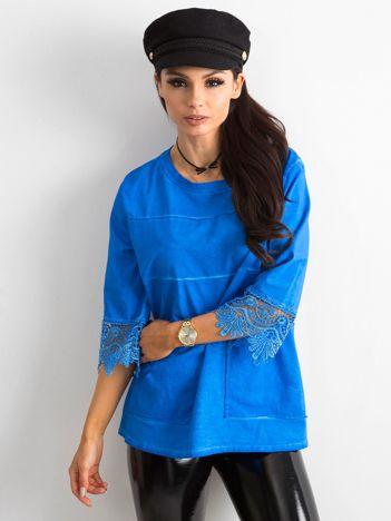 Kobaltowa bluzka damska z koronką i kieszeniami