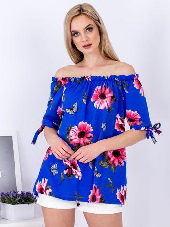 Kobaltowa kwiatowa bluzka odsłaniająca ramiona