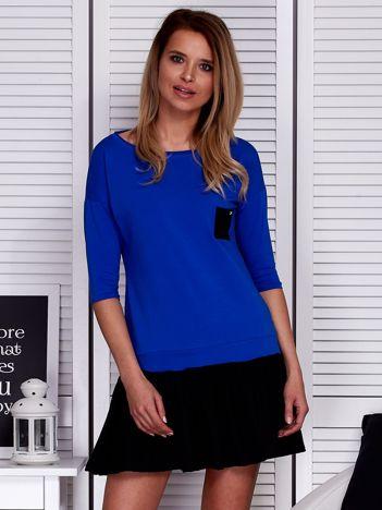 Kobaltowa sukienka dresowa z kontrastową falbaną