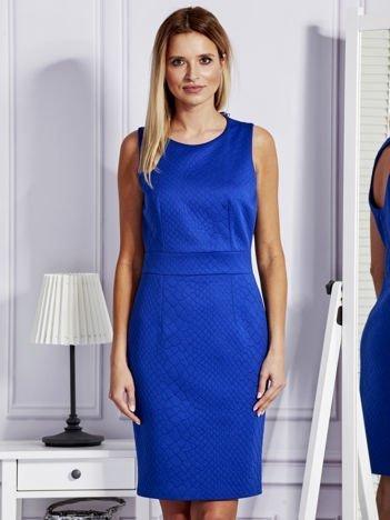 Kobaltowa sukienka o ozdobnej fakturze