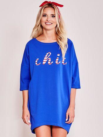 Kobaltowa sukienka oversize z napisem