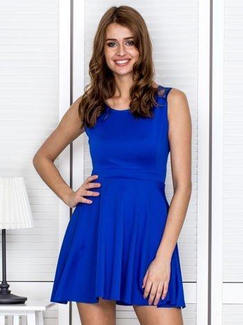 Kobaltowa sukienka z koronką na ramionach