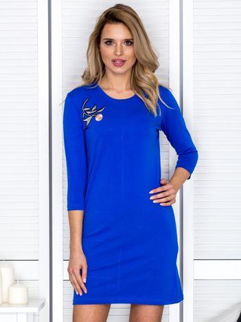 Kobaltowa sukienka z kwiatową naszywką