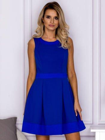 Kobaltowa sukienka z wypukłymi wstawkami w kratę