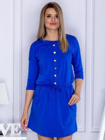 Kobaltowa sukienka ze złotymi guzikami