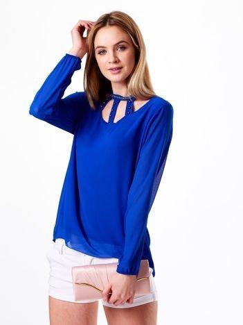 Kobaltowa szyfonowa bluzka z ozdobnym dekoltem