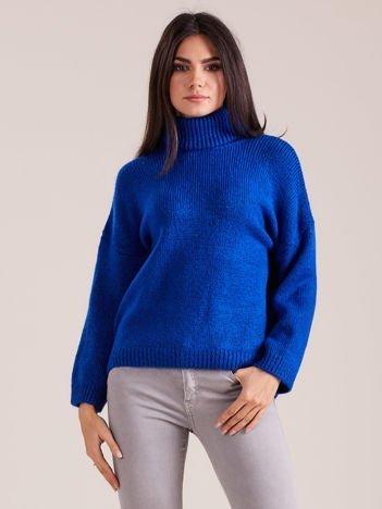 Kobaltowy miękki sweter z golfem