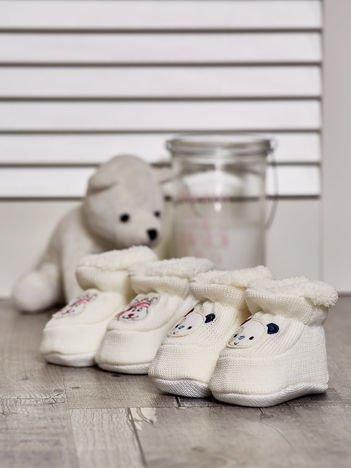 Komplet ocieplanych bucików dziecięcych z naszywkami ecru