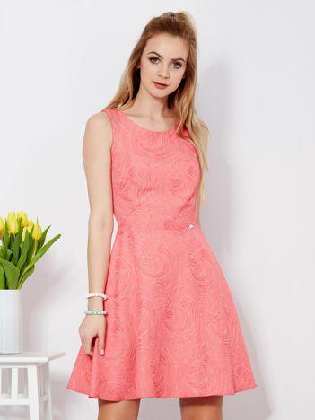 Koralowa rozkloszowana sukienka