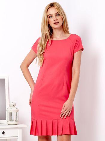 Koralowa sukienka z ozdobną falbaną