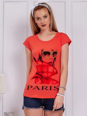 Koralowy t-shirt z dziewczyną i napisem
