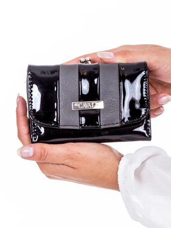 Lakierowany czarny portfel damski z szarymi wstawkami