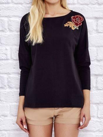 Luźna bluzka z kwiatową naszywką czarna