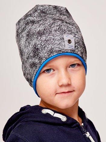 Marmurkowa czapka chłopięca z naszywką szaro-niebieska