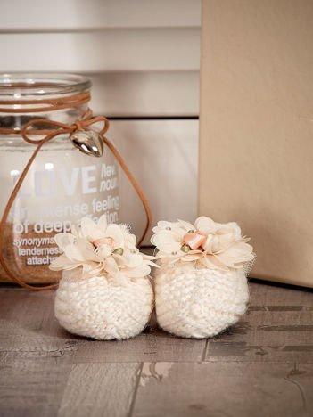 Miękkie buciki dziewczęce z ozdobnymi kwiatami ecru