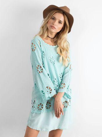 Miętowa sukienka w ażurowe wzory