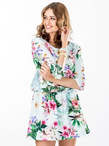 Miętowa sukienka w kwiaty z gumką w pasie