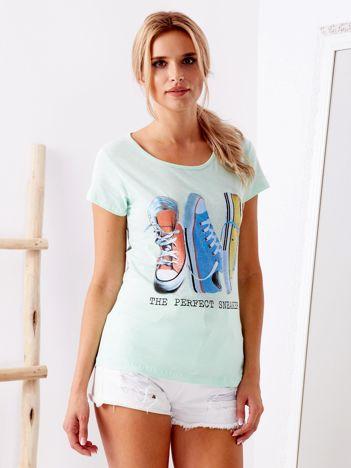 Miętowy t-shirt z nadrukiem trampek
