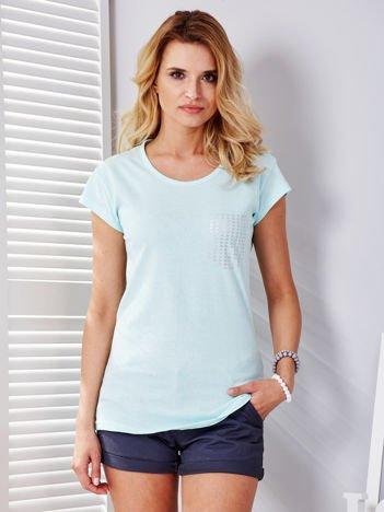 Miętowy t-shirt z srebrnym nadrukiem kieszonki