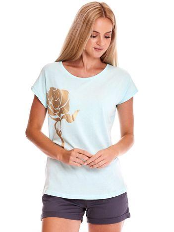 Miętowy t-shirt ze złotą różą