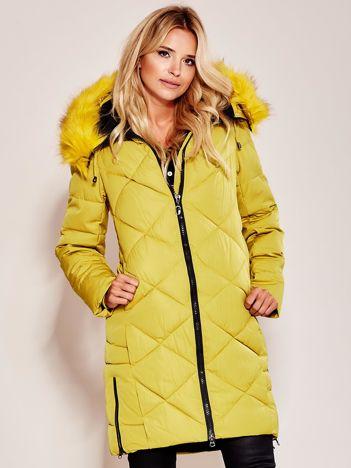 Musztardowa pikowana kurtka na zimę z futrzanym kołnierzem
