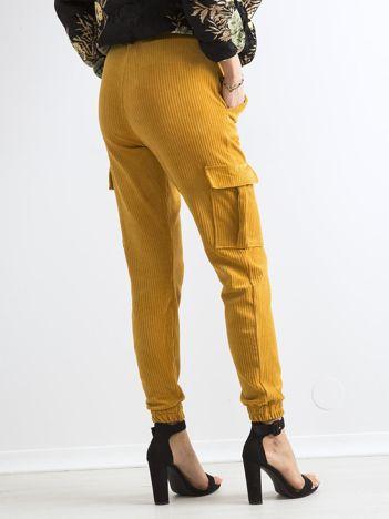 Musztardowe sztruksowe spodnie z kieszeniami cargo
