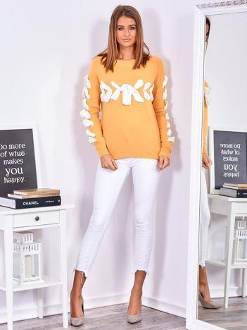 Musztardowy sweter z ozdobną wstążką