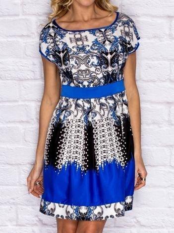 NIebieska sukienka koktajlowa z ornamentowym nadrukiem