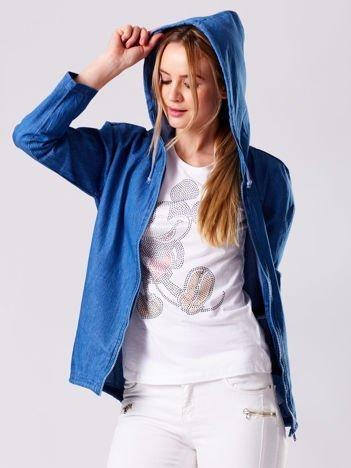 Niebieska bluza z kapturem i napisem na plecach