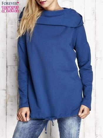 Niebieska bluza z szerokim kołnierzem