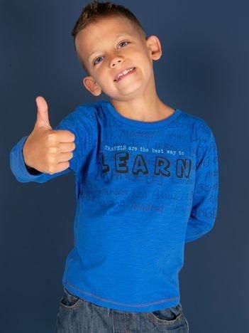 Niebieska bluzka dziecięca z tekstowym nadrukiem