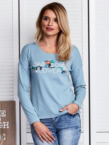 Niebieska bluzka z kwiatowym haftem
