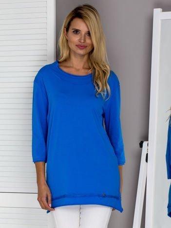 Niebieska bluzka z surowym wykończeniem