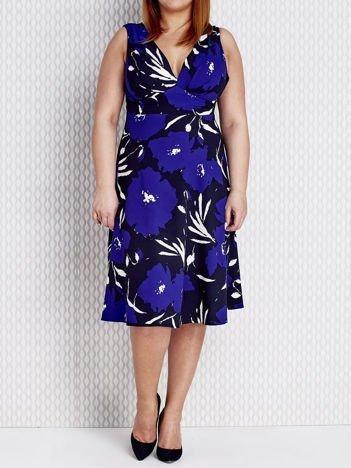 Niebieska sukienka koktajlowa w malarskie wzory PLUS SIZE