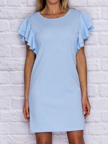 Niebieska sukienka koktajlowa z ozdobnymi falbanami