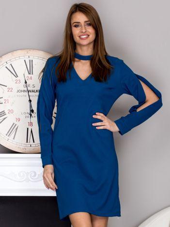 Niebieska sukienka z chokerem i wycięciami na rękawach
