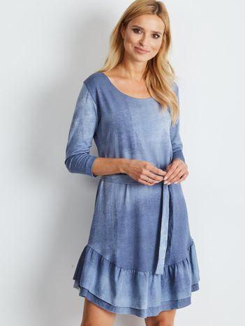 Niebieska sukienka z paskiem i falbaną