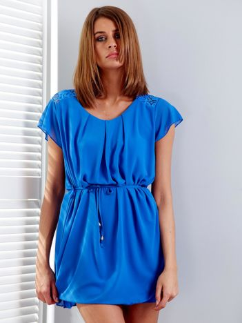 Niebieska sukienka z troczkami i koronkową wstawką