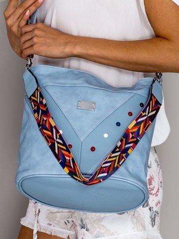 Niebieska torba z kolorowymi ćwiekami