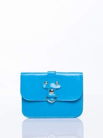 Niebieska torebka listonoszka z klapką