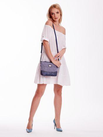 Niebieska torebka listonoszka z plecioną wstawką