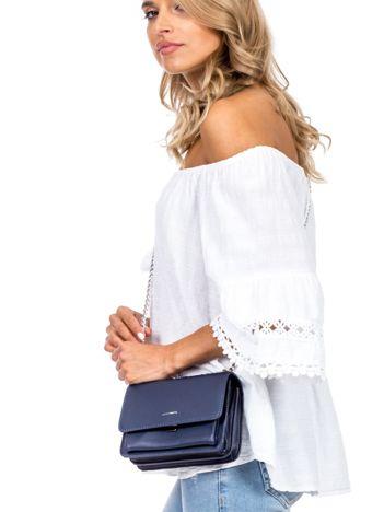 Niebieska torebka na łańcuszku