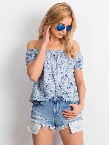 Niebieska wzorzysta bluzka z dekoltem carmen
