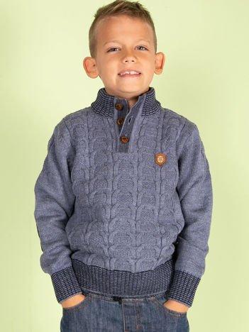 Niebieski dziergany sweter dla chłopca
