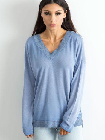 Niebieski luźny sweter damski