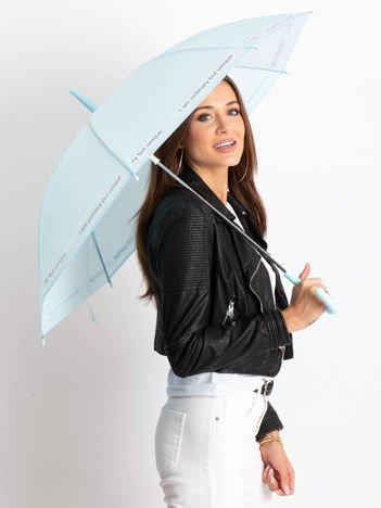 Niebieski parasol z napisem